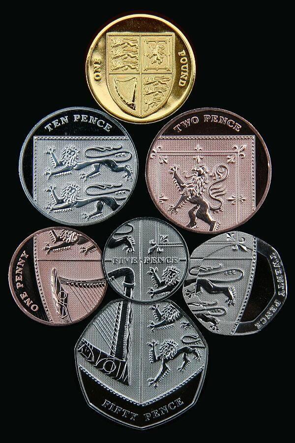 素敵なデザインのイギリス新硬貨。 1ペニー, 2ペンス, 5ペンス, 10ペンス, 20ペンス, 50ペンス(補助通貨)を並べると1枚の盾(1ポンド)になる。