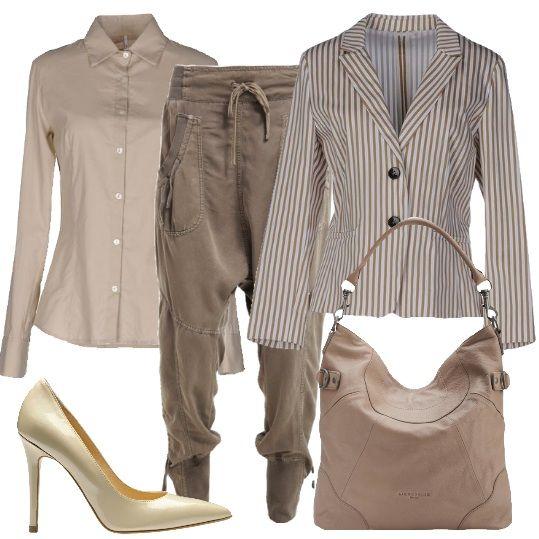 Il pantalone molto comodo con cavallo basso sposa la scarpa beige con tacco alto, camicia liscia avvitata e giacca a righe. Outfit per un aperitivo casual.