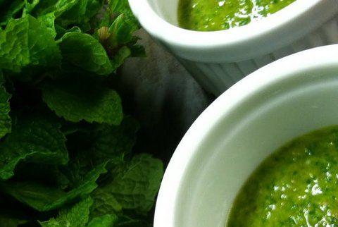 Recept Salsa Verde. Mengsel van allerlei verse groene kruiden om uw vlees in te marineren. Ook heerlijk om over het vlees of vis te serveren. U kunt hem natuurlijk helemaal naar eigen smaak maken. Zo kan de knoflookliefhebber er meer tenen knoflook in verwerken en de pittige medemens kan kiezen voor een hele jalapeno peper.  Ook hartstikke lekker als dip voor tortilla's