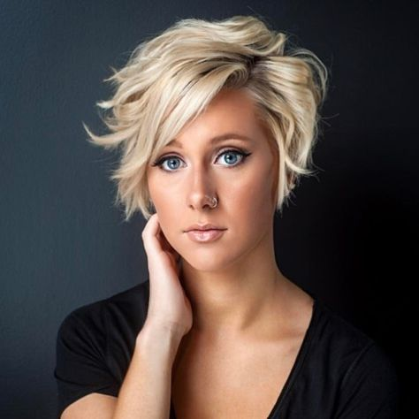 My theme for this cute gallery of layered short haircuts is styles and colors that really are extra-special! These hair designs have new and attractive hair-color combos that nobody has seen before! Most of these short haircuts display excellent taste in muted shades, enhanced by carefully harmonized balayage. Even the 'rebel' messy look, an edgy, …