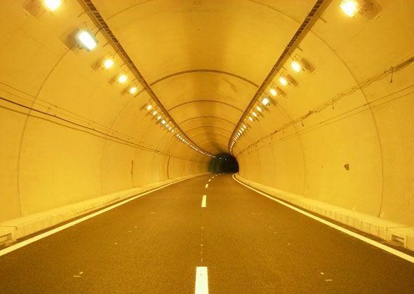 「トンネル」 無機質でいてなぜか怖さを誘う姿が美しい