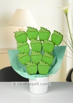 Göz alıcı rengi ve eşsiz tadıyla gözde meyvelerden yeşil elma, enfes kurabiyelere dönüşürse… Şık aranjmanında 12 adet Yeşil Elma Kurabiye, sevdikleriniz için tatlı mı tatlı bir sürpriz olacak. Çiçek Sepeti - Yeşil Elma Kurabiye Buketi