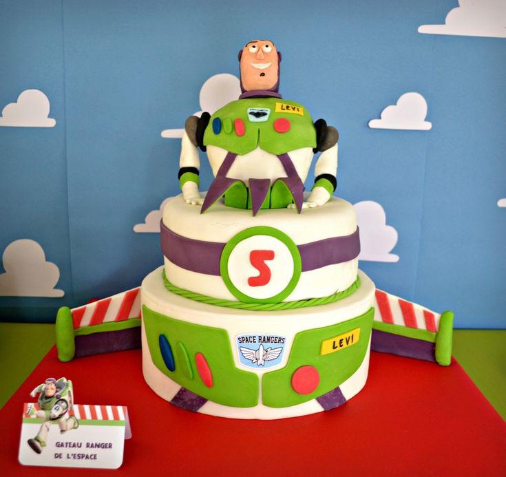 Toutes les astucs pour réaliser un gâteau Buzz l'éclair de Toy Story en pâte à sucre avec 2 étages et une figurine mangeanble.