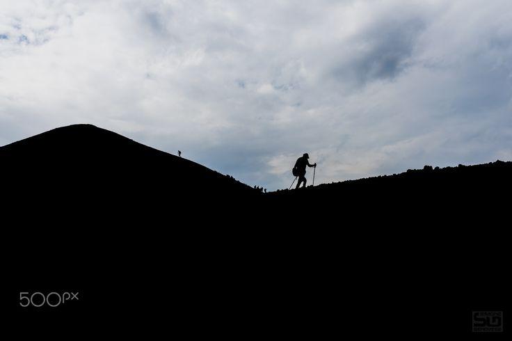 Trekking sull'Etna - Uno dei posti più belli della nostra Etna rivisitato durante un trekking di 4 giorni con il CAI Sezione di Pinerolo Le curve dei suoi monti le luci e i contrasti rendono Monte De Fiore un posto unico nel suo genere.
