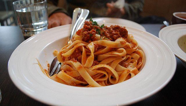 Voor deCuly Italiarubriekschrijft Saskia Balmaekers,Italië-expert en blogger vanCiao Tutti, haar favoriete Italiaanse recepten, hotspots en tips. Zoals we afgelopen woensdag al schreven is het voor Italianennon fattoom de wereldberoemde Bolognesesaus bij spaghetti te serveren. Waar dan wel bij? Volgens het recept dat in 1982 officieel door de Accademia Italiana della Cucina bij de Italiaanse Kamer […]