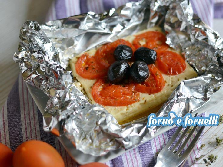 La feta al cartoccio è un primo piatto leggero e molto gustoso, perfetto da preparare al volo per un pranzo o una cena light, senza rimorsi