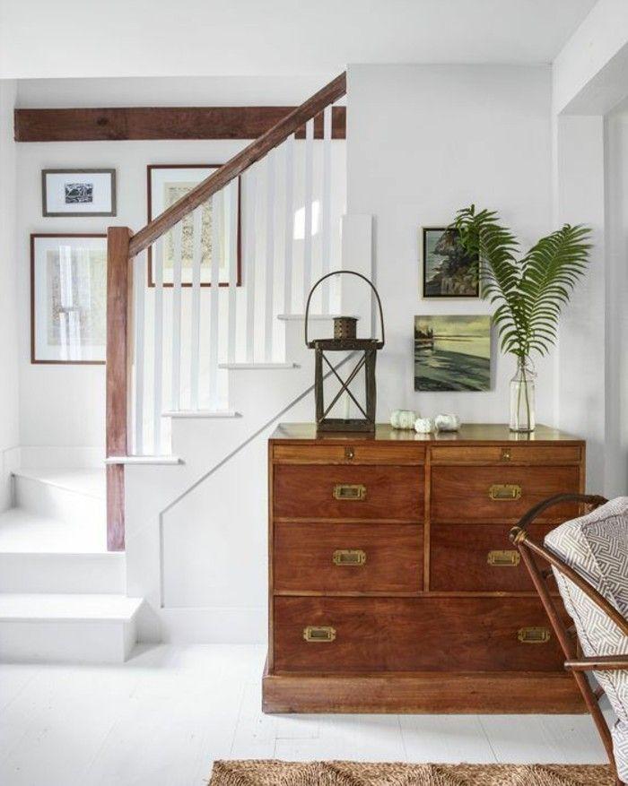 Couloir déco. Un placard en bois. Et un escalier blanc.