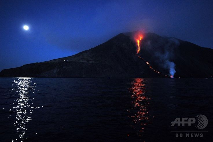 イタリア南部のシチリア(Sicily)島沖にあるストロンボリ(Stromboli)火山から噴き出し、海に流れ込む溶岩(2014年8月9日撮影)。(c)AFP/GIOVANNI ISOLINO
