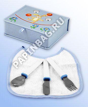 """Набор подарочный для малыша """"Приятного аппетита!"""" В подарочную шкатулочку упакованы ложечка, вилочка, ножик и нагрудничек. Все приборы изготовлены из стали, имеют удобные для малыша форму, безопасны для ребенка.Нагрудник из махровой хлопковой ткани. Шкатулочка с приборами упакована в фирменную картонную коробку и подарочную сумочку. Полезный и памятный подарок для малыша! http://www.papinbag.ru/index.php?m=1727"""