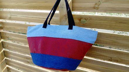 Grand cabas sac fourre tout rond, avec un fond en simili imitation cuir rouge, et tissu jean's.  Le fond du sac mesure 37cm de diamètre, 31cm de hauteur, avec deux poignées de 54 - 20946097