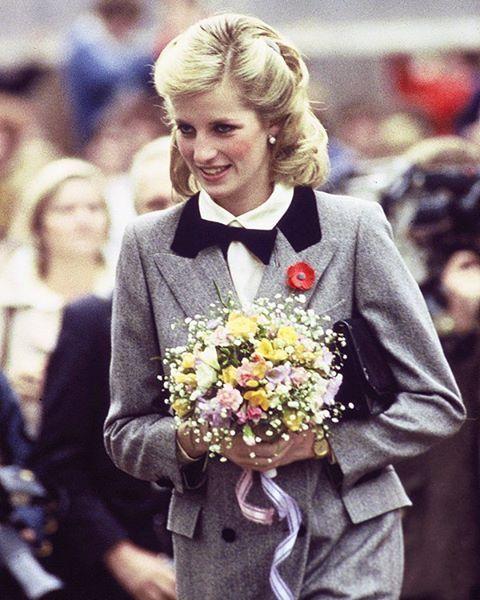 08 November 1984: Princess Diana, in a new pulled back hairstyle and in an outfit described as 'A Teddy Boy Look', visits Dr. Barnado's Charity in London ■ 08 نوفمبر 1984: اﻷميرة ديانا، بشعر أطول وتسريحة مختلفة، ترتدي معطفا رمادي اللون مع ربطة عنق رجالية سوداء أثناء زيارتها لمؤسسة الدكتور بيرناردوز الخيرية في لندن ■ #princessdianaforever #humanitarian #princessofwales #princessdiana #gb #hertruestory #kensingtonpalace #uk #thebritishroyalfamily #theroyalfamily #thebritishmonarchy…