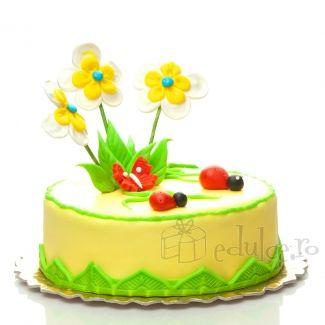 Mici vietati alaturi de flori zambitoare deasupra unui tort usor si delicios