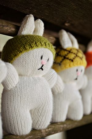 Cute little knitted bunnies...with hats!  Free pattern!