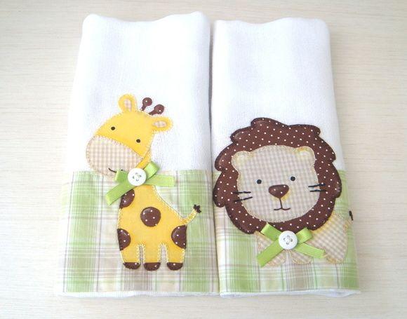 Kit com duas fraldinhas decoradas com barrado e aplicação de bichinhos em tecido 100% algodão.