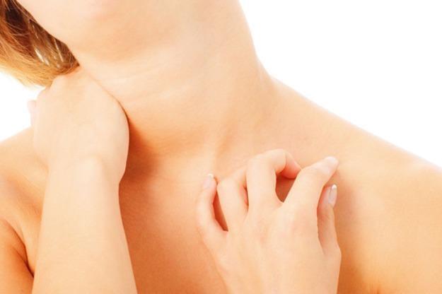 Po szyi najbardziej widać upływające lata. Pamiętaj o kremach nawilżających i masażach gąbką na szyje i dekolt, które poprawią ukrwienie.  W szybszym tempie skórę szyi świetnie napnie i ujędrni zabieg z użyciem systemu Accent XL.