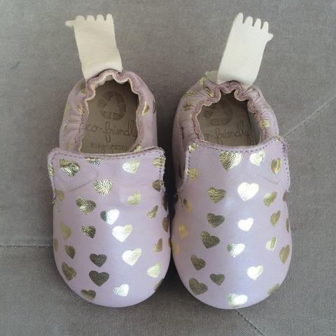 Scarpetta da femminuccia di colore rosa con cascata di cuoricini gold, adorabile!  Queste calzature sono in pelle concia al vegetale, soletta interna in cuoio ed esterna in caucciu.  Interamente fatta a mano in Francia.