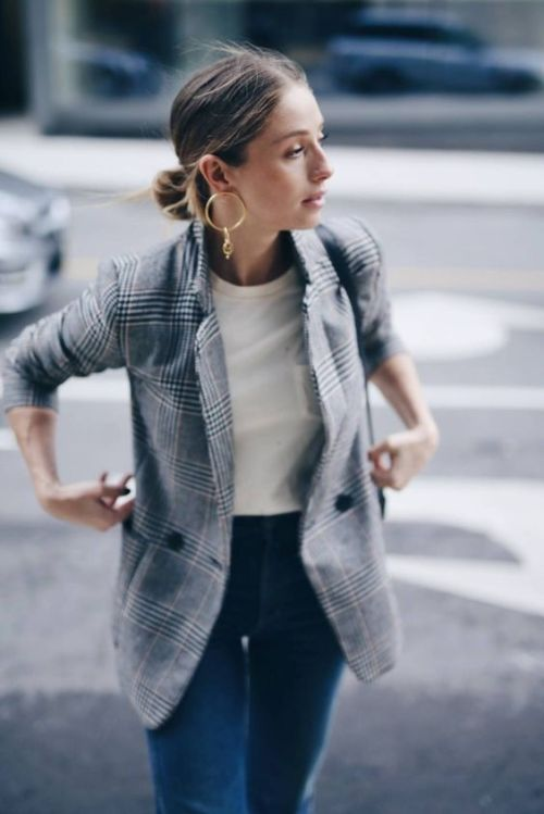Blazer, high waisted jeans, low bun, and modern earrings for a smart and easy look.