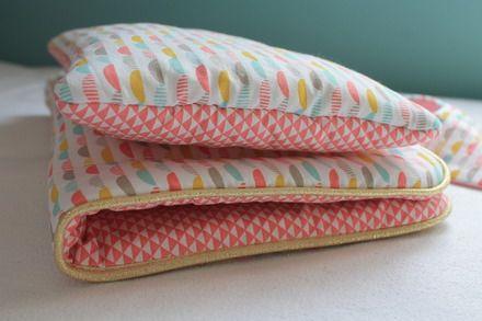 ♥ Parce qu'il faut bien que les mamans hautes comme 3 pommes fassent dormir leur bébé...♥  Un petit ensemble pour le lit d'une poupée, comprenant un oreiller, une couette  - 19038318