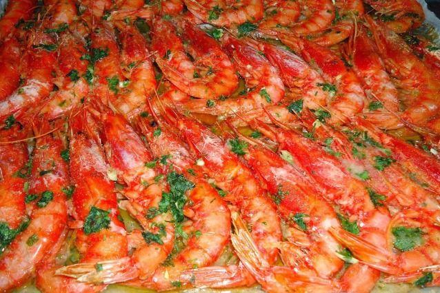 I gamberoni al forno sono un piatto facile e veloce da preparare, ottimi sia come antipasto che come secondo piatto, scopriamo la ricetta e le sue varianti anche in padella.