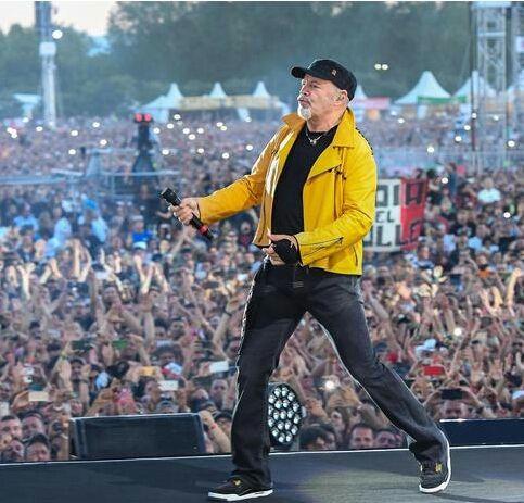 """Quando il rocker urla """"...fammi godere"""", ecco che in tantissime ragazze hanno tolto magliette e reggiseni e senza pudore si sono esposte. Alcune anche immortalate e rilanciate sugli schermi italiani dalle telecamere dello speciale di Rai1 dedicato a questo concerto-evento."""