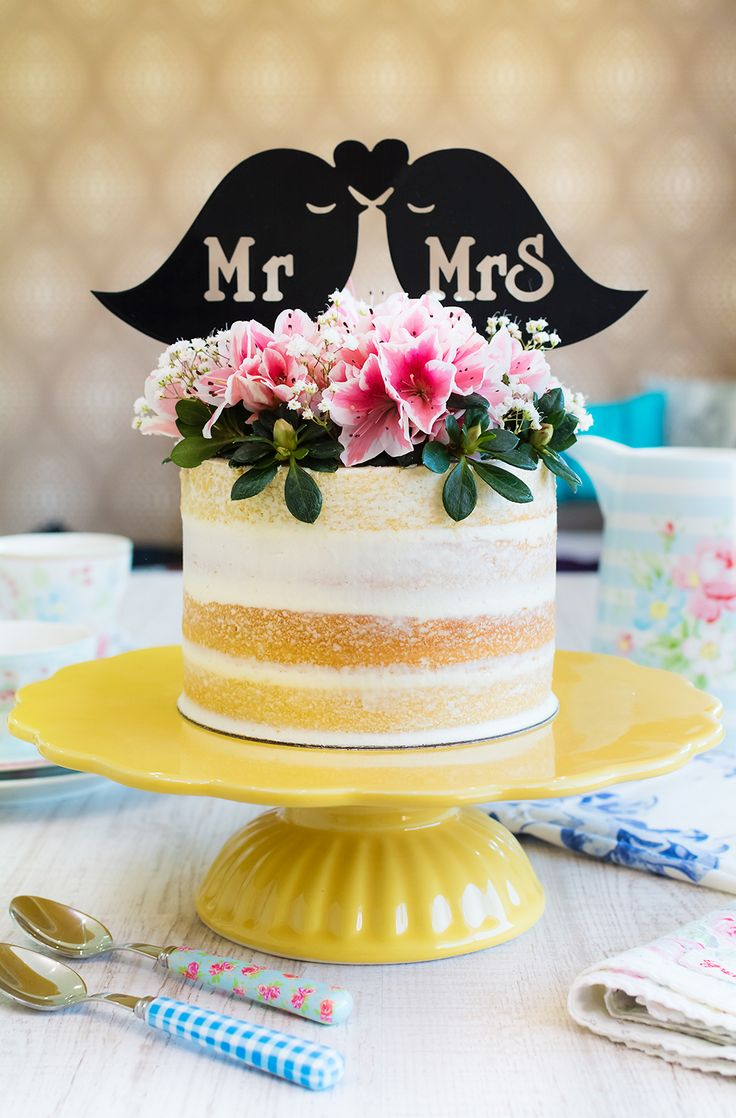 Nude cake de piña y coco sobre stand para tartas amarillo, de Ib Laursen En este vídeo os mostraré cómo hacer una nude cake de piña y coco muy sencilla, pero con un resultado final precioso. Además de ser bonita por su decoración de flores naturales, es toda una delicia. Su bizcocho de piña y coco tiene un sabor exótico, muy sutil y que nos deja una frescura buenísima en el paladar. En su interior nos espera una buttercream de coco acompañada de mermelada de piña colada. En el vídeo os…