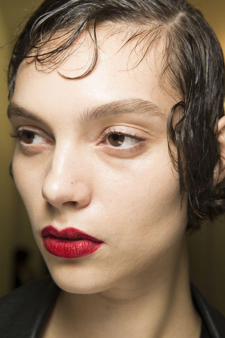 Podzimní přehlídkový make-up od Prady se soustředí na zářivě červené rty.