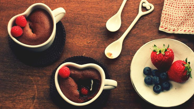 Coffeecup Brownies with Strawberries - http://www.fullhdwpp.com/delicious-food/coffeecup-brownies-with-strawberries/
