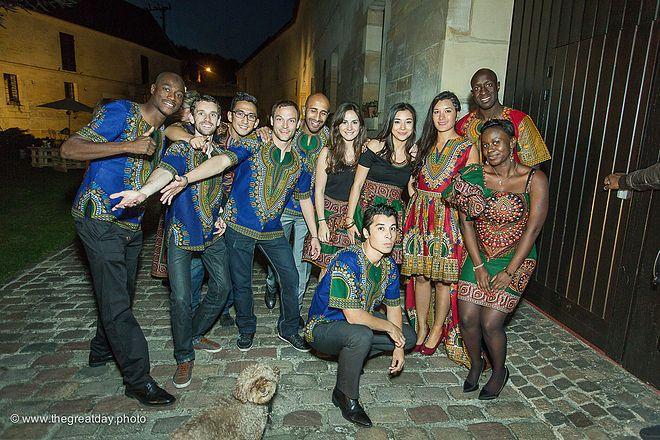 Mariage Afrikasia   La soirée - tenues en wax sur mesure pour tout le cortège. Magnifique !    Crédit photo : www.TheGreatday.photo
