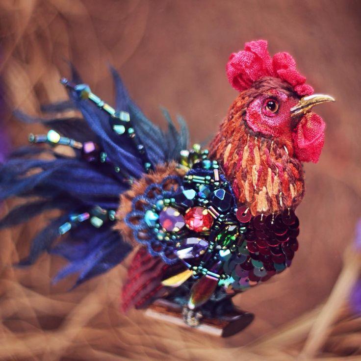 А вот и Пётр (или как его назовет @larisapo) в естественной среде. Есть еще несколько фото, но их я размещу в понедельник уже на #livemaster в качестве примера, а еще петухом можно будет полюбоваться в календаре на 2016 год, который я со дня на день начну верстать  #ff_bird #петушок #золотойгребешок #вышивка #брошь #авторскоеукрашение #сваровски #greenbirdme #embroidery #rooster #handmade #brooch #embellished #swarovski