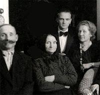 Simonyi Károly családjával doktorrá avatásán (Édesanyja 2.férje, Édesanyja, Dr. Simonyi Károly és Mama, Simonyi-Szemadam Sándor, miniszterelnök leánya)