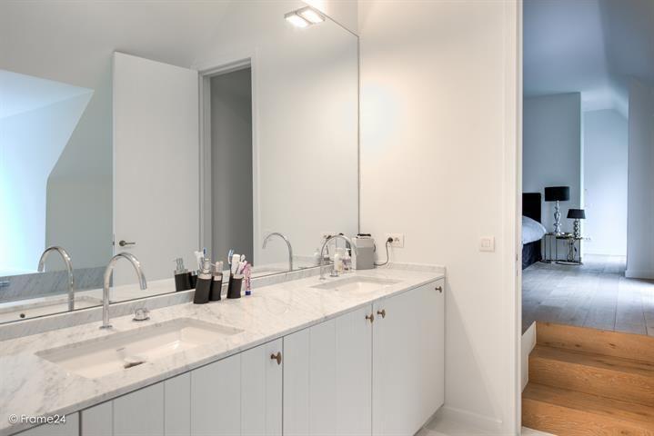 Te koop - Villa 5 slaapkamer(s)  - bewoonbare oppervlakte: 420 m2  - Prachtige villa van 2011, gelegen in een rustige dreef op een perceel van ca. 2.040m². Indeling: Inkomhal met gastentoilet en vestiaire, woonkamer op   - beveiligde toegang (alarm) - bouwjaar: 2011-01-01 00:00:00.0 - dubbel glas 2 bad(en) -  1 douche(s) -  4 gevel(s) -  3 toilet(ten) -  - met zwembad - eetkamer - oppervlakte keuken: 36 m2 - oppervlakte living: 67 m2