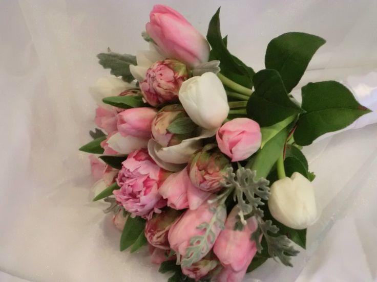 Букет из пионов и тюльпанов #декор #букет #цветы #свадьба #Ростов #доставкацветов