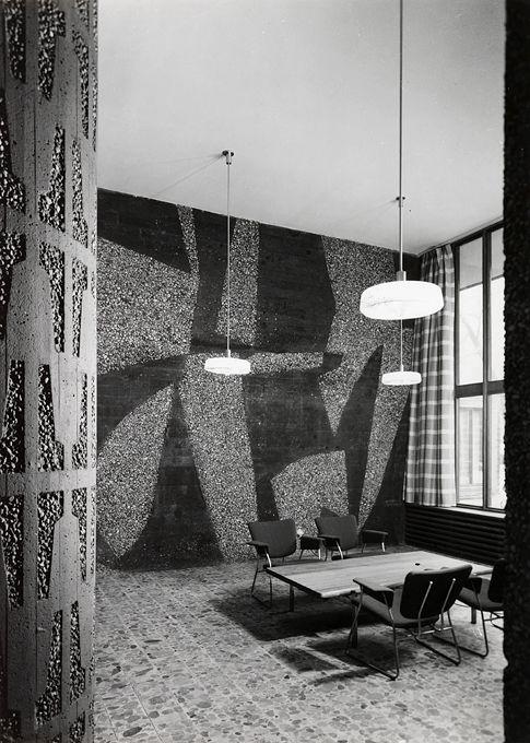 Regjeringsbygningen. Fra aulaen. Inger Sitters verk på veggen i bakgrunnen. Mønsteret på søylen i forgrunnen er tegnet av Viksjø.