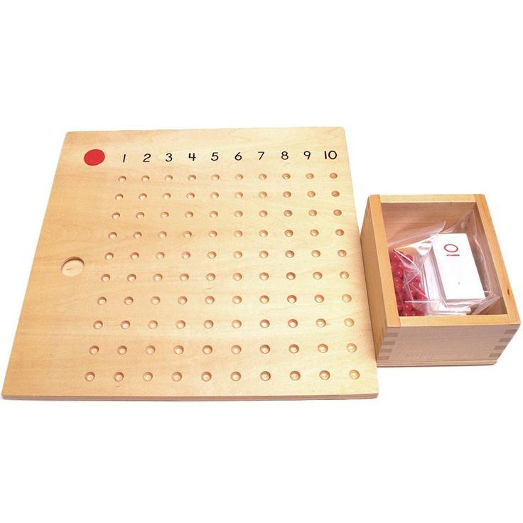 Tabla de madera con bolitas para realizar multiplicaciones y repasar así las tablas de multiplicar. Cuenta con una tabla de madera con números del 1 al 10 a lo largo de la parte superior y conorificios para colocar las bolitas. Incluye tarjetas del 1 al 10 que representan el multiplicando, discos rojos como el multiplicador y 100 bolitas rojas. Este material de la metodología Montessori es perfecto paraintroducir al niño a la multiplicación y enseñarle que multiplicar es repetir un número…