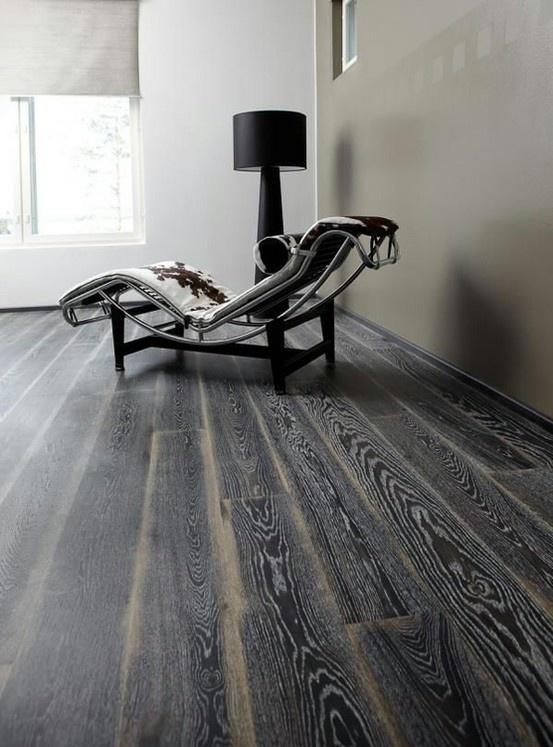 Trägolv Karelia Impressio Country Stonewashed Black Fade Ek Oljad - 1-stav  Karelia Ek Plank Stonewashed Black Fade  Denna Ek 1-stav-parkett får sin unika framtoning genom att den betsas svart, slitagebehandlas och slutligen borstas och behandlas med vitolja, vilket markerar träets ådror. Fade-slitagebehandlingen i det färdiga golvet styr blickarna och definierar gångriktningen. Brädor som hyvlas av perfektionister