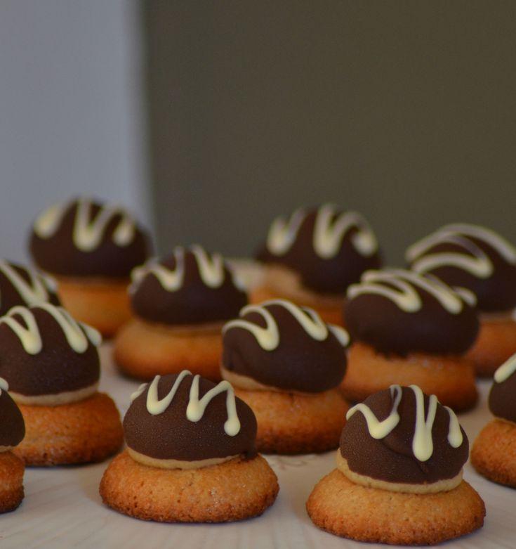 Petits-fours met de smaken van tiramisu (amaretto, koffie en  chocolade). De amaretto zit door de bitterkoekjes. De koffiesmaak zit  door de botercrème en de chocolade als topping. Voor de
