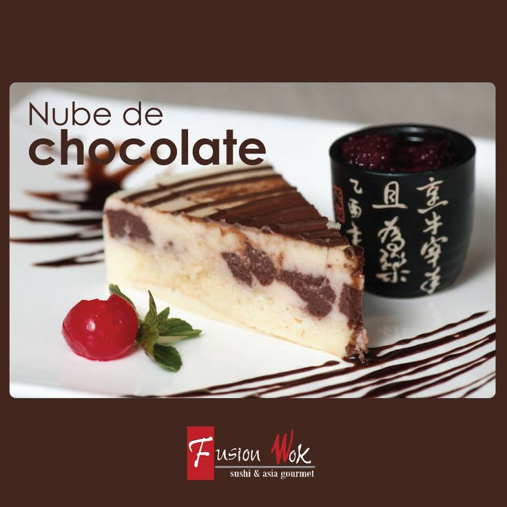 Mousse de chocolate blanco, por dentro chocolate negro sobre bizcochuelo y salsa de mora. #postresfusion#chocolate#fusionwok#calico#colombia#bogota#sweet#postres
