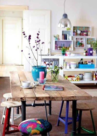 Table rectangulaire avec grandes planches de bois