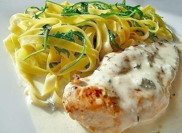 Фото к рецепту: Куриный шницель в соусе с горгонзолой