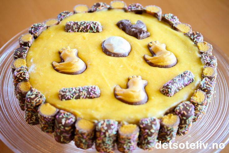 """Det har vært enda ensupernydelig påskedag, med solskinn og fri! Og fortsatt er det en dag igjen av påskeferien, hihi.. Visste du at påskeaften er siste dag i fasten og man fra og med påskemorgen kan spise som normalt igjen? Selv om detvel neppe harvært så mye fastetid på så mange av oss, må velførste påskedagmarkeres med en kake også i år. Hjemme hos megble det en nydelig """"Påskesuksess"""" - basert på den kjente """"Suksesskaken"""", men med deilig appelsinsmak på den gule..."""