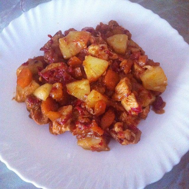 Pollo con verduras y piña. Pochamos cebolla, pimiento rojo y zanahoria, le añadimos el pollo a trocitos y antes de servir la piña. Tiene un sabor todo junto espectacular!!