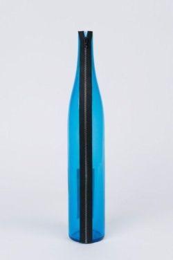 Bottiglia Lampo   Nel 1993 in occasione della mostra antologica di Duchamp a Palazzo Grassi (Venezia) su invito di Pontus Hulten Bruno Munari realizza questo oggetto in omaggio all'artista francese.