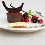Scopri la raffinata versione del tiramisù con crema inglese dell'Hotel Cipriani di Venezia. Segui la semplicissima ricetta grazie a Sale&Pepe.