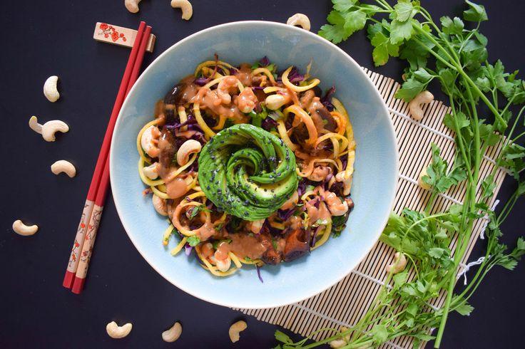 Blackbirds and Cakes - Vegan blog met recepten - Een plantaardige gerecht kost extra tijd? Dat hoeft helemaal niet met deze regenboog salade met groenten noodles en pindadressing!