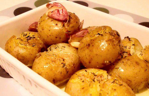 This simple recipe for Portuguese roasted garlic and thyme potatoes (batatas assadas com alho e tomilho) never fails.