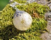 Pendentif boule en résine avec fleurs de pied d'alouette, monté en sautoir. : Collier par beads-of-bliss
