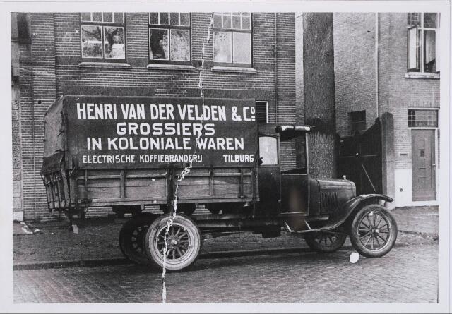 1924, foto uit collectie Th. Knegtel automobielbedrijf.  Henri van der Velden & Co. was gevestigd aan de Heuvel tussen Hotel Riche en Knegtel in.
