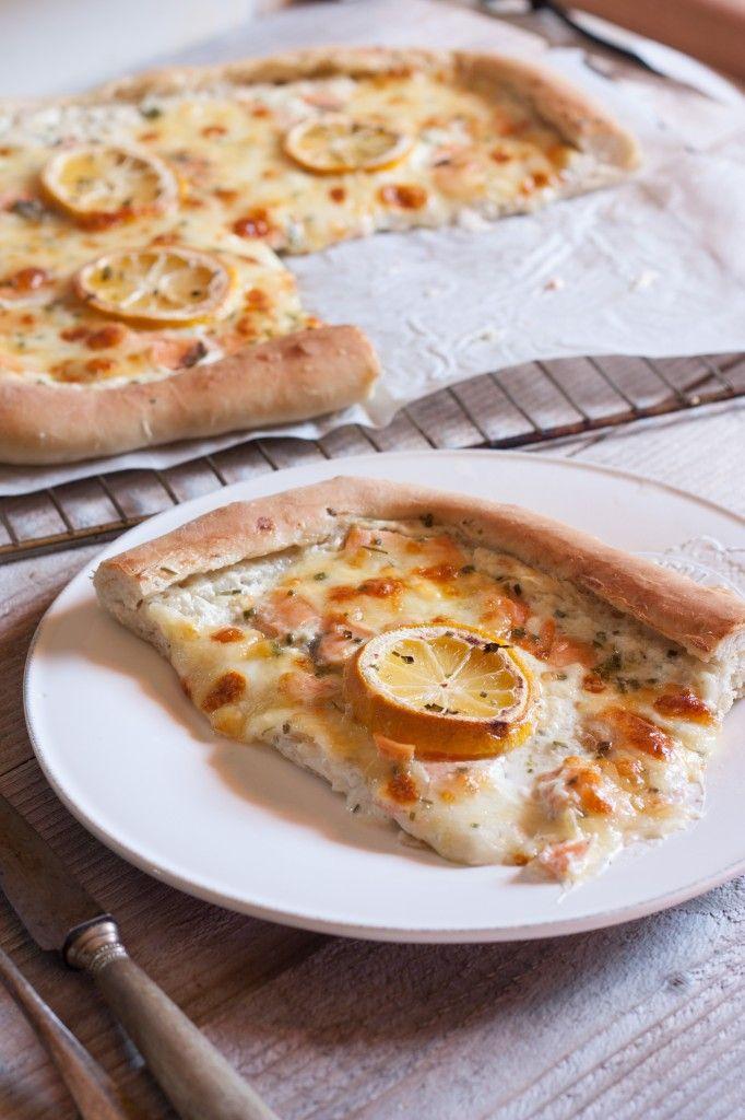 Pizza saumon fumé, crème ail et fines herbes, mozzarella et citron