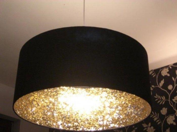 Simpele zwarte lamp met stevig glitterpapier aan de binnenkant geplakt. Licht wordt mooi weerkaatst.