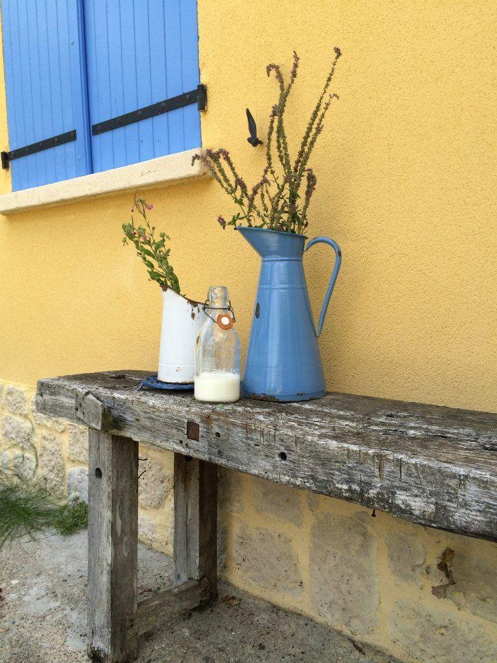 Emaille waterkannen. Alles is te koop. kijk voor meer informatie op onze facebook site Les brocantes de Souleillou.